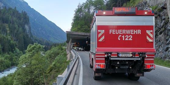 Auf Höhe der Geiersbachgalerie kam der Lenker rechts von der Fahrbahn ab und prallte auf das Tunnelportal.