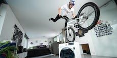 BMX-Star zeigt Tricks in seinem Home-Office