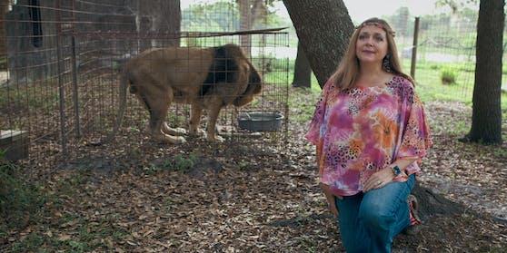 """Die umstrittene Tierschutz-Aktivistin Carole Baskin behauptet, Joe Exotic habe einen Auftragskiller engagiert, um sie """"aus dem Weg zu räumen""""."""