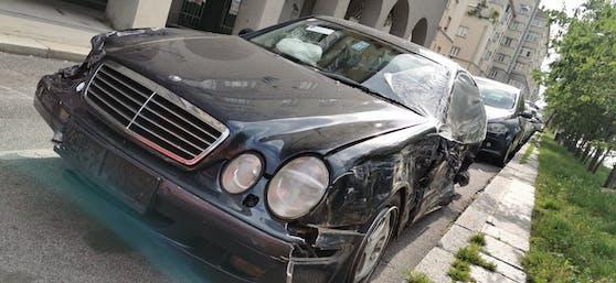 Der Mercedes ist ein Totalschaden.
