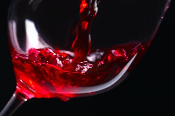 Elke Morri rät in ihrem neuen Buch: Um die Beziehung oder die Ehe zu retten, sollen Frauen den Männern ihr Menstruationsblut zu trinken geben.