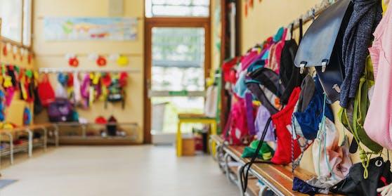 Symbolfoto einer Kindergartengarderobe