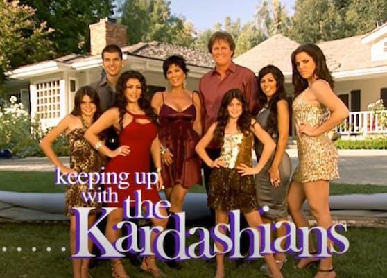 """Das Cover der ersten """"Keeping up with the Kardashians""""-Staffel zeigt schon auf den ersten Blick, dass die Töchter von Kris Jenner (64) nicht nur erwachsener geworden sind, sondern früher in einer anderen Liga spielten, wenn es ums Geld ging."""