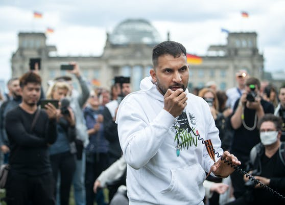"""Wurde als veganer Koch zum Star, tritt nun als """"Corona-Skeptiker"""" auf: Attila Hildmann bei einer Demo in Berlin."""