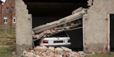 84-Jährige bleibt an Autopedal hängen, crasht Garage