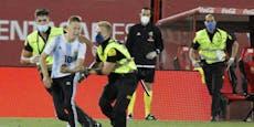 Geisterspiel? Flitzer stürmt bei Barca-Sieg aufs Feld