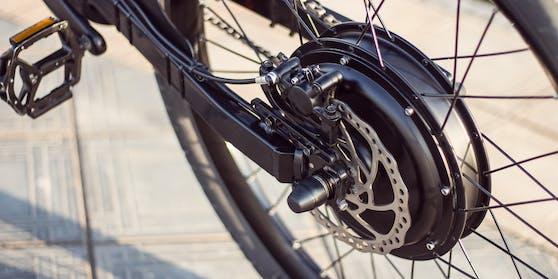 Der E-Bike-Fahrer starb noch an der Unfallstelle.