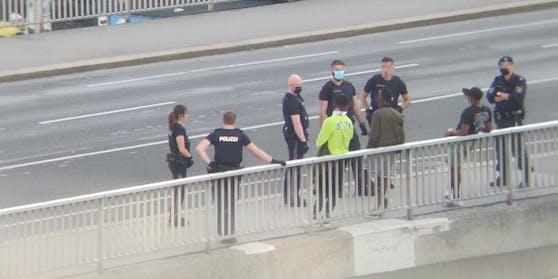 Polizei-Einsatz auf der Salztorbrücke beim Donaukanal