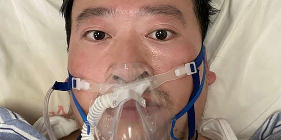 Am 3. Februar 2020, vier Tage vor seinem Tod, machte Dr. Li Wenliang ein Selfie aus seinem Krankenbett. Der chinesische Arzt starb an den Folgen von Covid-19. Wochen zuvor hatte er als einer der ersten auf die Gefährlichkeit des neuen Coronavirus aufmerksam gemacht.