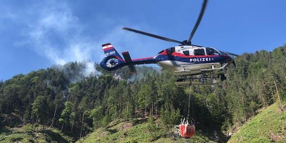Zwei Hubschrauber des Innenministeriums waren im Löscheinsatz, ein Hubschrauber des Bundesheeres hat die Feuerwehrleute in das steile Gelände gebracht.