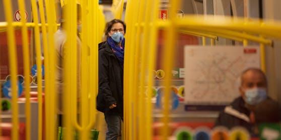 Bei Verstößen gegen die Maskenpflicht in den Öffis wird nun auch gestraft.