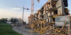 Baugerüst stürzt ein und reißt Gebäudeteile mit sich