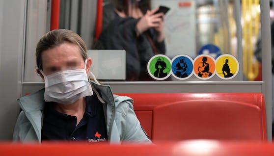 Frau mit Maske in der U-Bahn (Symbolbild).