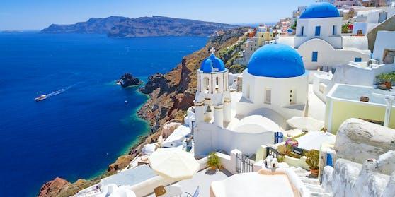 Wer nach Griechenland fliegt, läuft Gefahr sich einem PCR-Test unterziehen zu müssen: Im Bild: Santorin