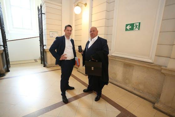 Star-Anwalt Werner Tomanek (r.) – hier mit seinem Berufskollegen Mathias Burger – brachte Lautsprecher mit
