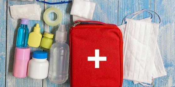 In die Reiseapotheke gehören heuer auch Mund-Nasen-Schutzmasken und Desinfektionsmittel.