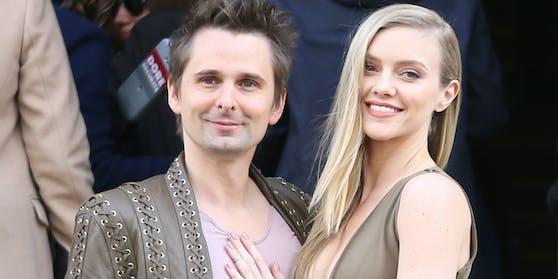 Seit 2015 sind der Musiker Matt Bellamy (li.) und das Model Elle Evans ein Paar. Im Juni 2020 kam ihre erste gemeinsame Tochter Lovella zur Welt.