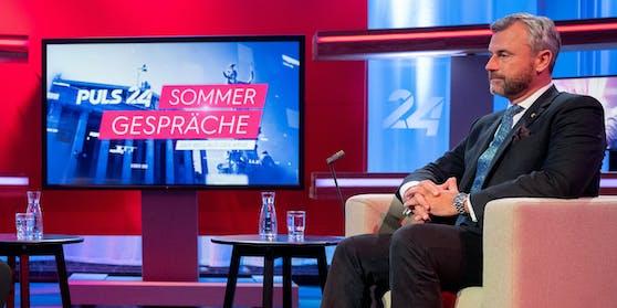 Hofer mit  Vollbart und Sneakers beim Puls-4-Sommertalk.
