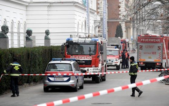 Die Polizei und die Feuerwehr bei einem gemeinsamen Einsatz. Symbolbild.