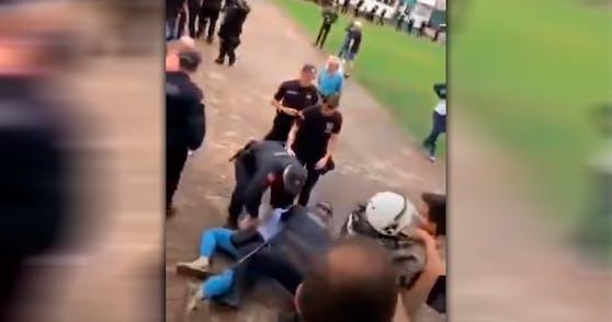 Die Polizei griff die Politiker brutal an.