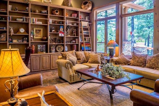 Eine üppige Schrankwand wie diese entspricht nicht dem Wunsch nach einer modernen Einrichtung. Heutzutage wird auf eine flexible Einrichtungsform mit kleineren Möbeln gesetzt: High-, Low- und Sideboards liegen im Trend.