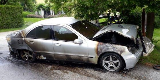 Wahrscheinlich aufgrund eines technischen Defektes im Motorbereich fing der Mercedes Feuer.
