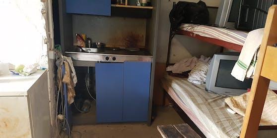 Bis zu acht Erntehelfer leben in einem Zimmer.
