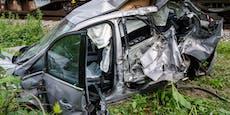 Auto von Güterzug erfasst, Lenker überlebte