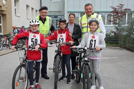 Louisa, Emanuel und Emilie haben sie bereits nachgeholt und auch bestanden: die Radfahrprüfung. Polizist Martin Broucek und Lehrerin Simone Cembran sowie LR Günther Steinkellner freuen sich mit ihnen.