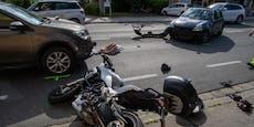 Biker bei Kollision mit Auto schwer verletzt