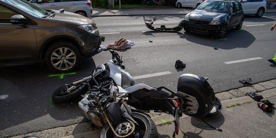 Der Motorradfahrer erlitt bei dem Crash schwere Verletzungen.