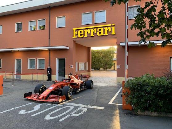Charles Leclerc fährt durch das Ferrari-Haupttor.