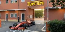 Leclerc dreht im Ferrari eine Runde durch Maranello