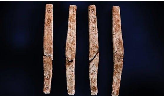 Das Brettspiel aus der römischen Eisenzeit wurden mit länglichen Würfeln aus Menschen-Knochen und 18 Spielfiguren in Kreis-Form gespielt.