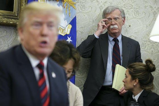 US-Präsident Trump hat eine Klage gegen das Enthüllungsbuch von Ex-Sicherheitsberater John Bolton (hinten rechts) eingebracht.