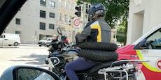 Mann zieht sich Motorradreifen zum Transport an