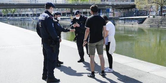 Eine Polizeikontrolle am Donaukanal (Symbol)