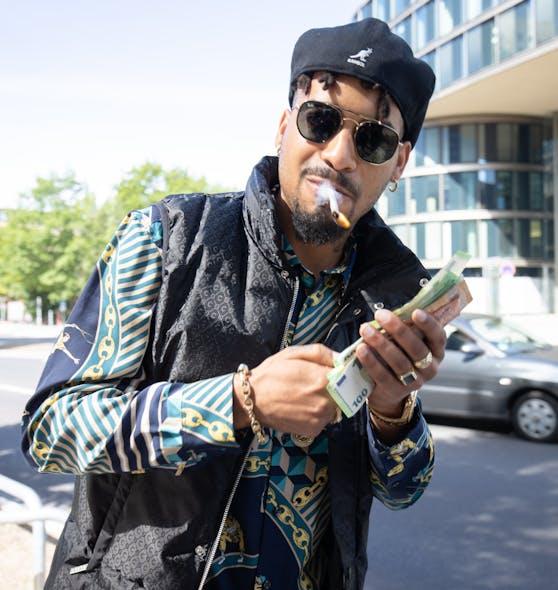 Mit Joint vor dem Gericht St. Georg: Rapper Maxwell von der 187 Strassenbande