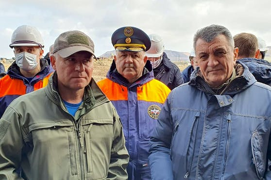 Der russische Katastrophenschutz-Minister Yevgeny Zinichev (l.) und Vertreter des russischen Präsidenten im Föderationskreis Sibirien Sergei Menjajlo (r.) besuchen das Kraftwerk Norilsk nach der Dieselkatastrophe vom 29. Mai 2020.