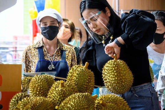 Ein Straßenhändler aus Bangkok verkauft Durian-Früchte. Symbolbild