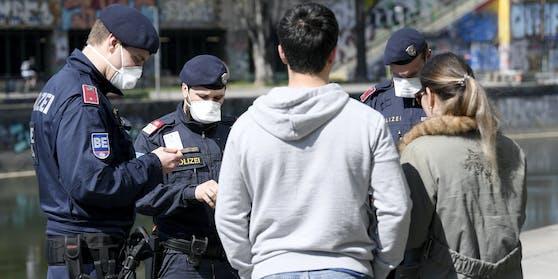 Die Polizei kontrolliert Personen.