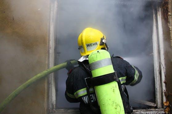 Die Feuerwehr im heiklen Löscheinsatz.