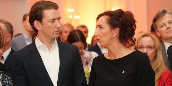 Ein Mitarbeiter aus dem Büro von Landesrätin Maria Hutter (ÖVP, mit Bundeskanzler Sebastian Kurz) ist infiziert. Die Landesrätin selbst und alle anderen Mitarbeiter in ihrem Büro wurden negativ auf Covid-19 getestet.