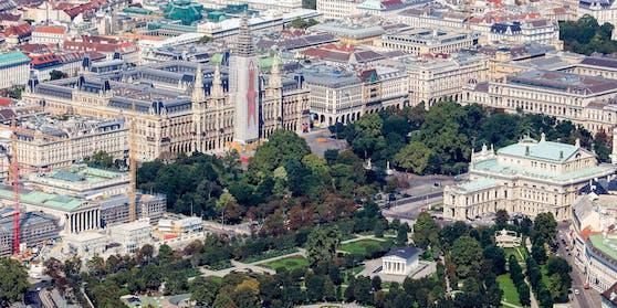 Blick auf das Rathaus, im Vordergrund das Burgtheater und der Volksgarten