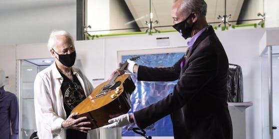 """Bei einer Auktion in Beverly Hills erzielte Kurt Cobains """"MTV Unplugged""""-Gitarre die Rekordsumme von sechs Millionen Dollar."""