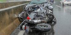 Biker rasen in gecrashten Mercedes auf der Autobahn