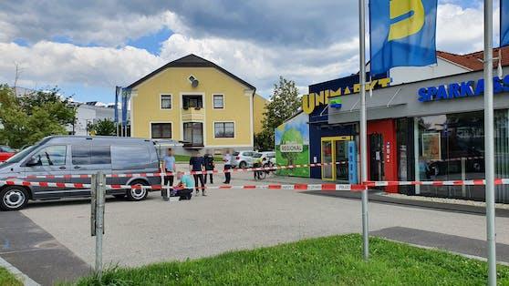Zwei Täter stürmten in eine Sparkassenfiliale.