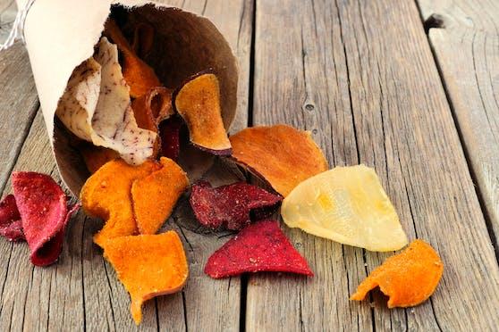 Gemüsechips gelten als gesunde Alternative zu Kartoffelchips. Symbolbild