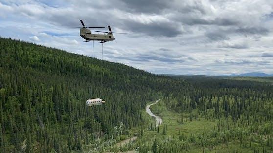 """Zur Sicherheit: Der """"Magic Bus"""" wurde aus einem Natoinalpark in Alaska geborgen."""