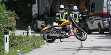 Biker streift mit Fuß Lkw, stürzt und stirbt
